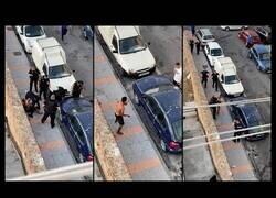 Enlace a Increíble reducción de la policía a un hombre armado con dos cuchillos en Ceuta