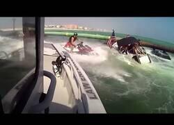 Enlace a Así es el rescate de 9 personas en un bote hundido