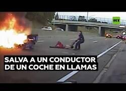 Enlace a Rescatan al conductor de un coche en llamas