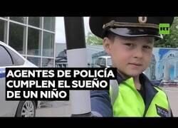 Enlace a Policía cumplen el sueño de este niño de poner orden en su calle