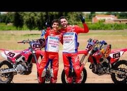 Enlace a Marc Márquez enseña a TheGrefg a montar en moto