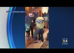 Enlace a Piden una idemnización de 25.000 dólares a Universal Studios por gesto racista de este trabajador