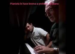 Enlace a Pianista le hace una broma a un profesor de piano
