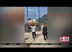 Enlace a Dos mujeres a punto de caer desde una altura de 1.500 metros