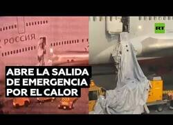 Enlace a Un pasajero abre la salida de emergencia de un avión porque tenía calor