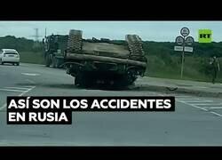 Enlace a Típico accidente en Rusia: Vuelca un tanque en mitad de la carretera