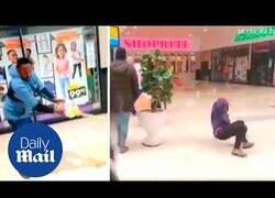 Enlace a Esparcen aceite en el suelo de un supermercado en Sudáfrica para trollear a los saqueadores