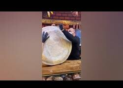 Enlace a Cortando una rueda de queso gigante