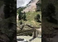 Enlace a Deslizamiento de tierra destroza un puenta la India