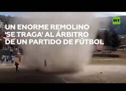 Enlace a Un remolino se 'traga' al árbitro en un partido de fútbol