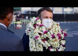 Enlace a Macron acaba rodeado de colgantes de bienvenida en su visita a la Polinesia