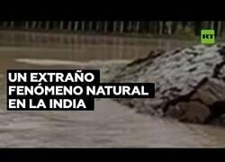 Enlace a Un montículo de tierra se levanta del agua en la India