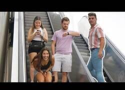 Enlace a Cumplidos incómodos en escaleras mecánicas