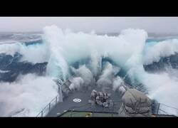 Enlace a Así es navegar un día de tormenta con un barco militar