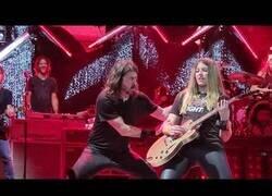Enlace a David Grohl hizo salir a una chica a tocar Monkey Wreck con la guitarra, y ojito a la actuación