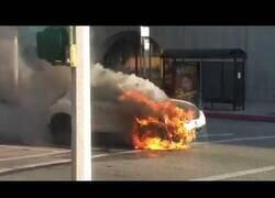 Enlace a Coche en llamas en medio de la calle aterra a los transeúntes