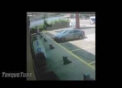 Enlace a Esto es lo que le ocurre a un ladrón que intenta robar el coche de un luchador estrella de la UFC