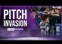 Enlace a Aficionados del Niza bajan a agredir a los jugadores del Marsella