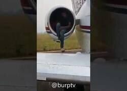 Enlace a Descubren a un hombre que intentó colarse en la turbina de un avión