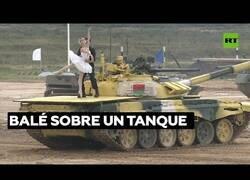 Enlace a Una bailarina y un tanquista danzan sobre un tanque