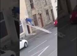 Enlace a Creo que así no se utiliza una escalera...