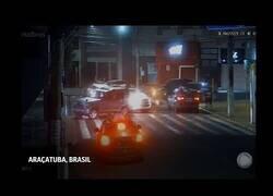 Enlace a Asaltantes de un banco utilizan rehénes como escudo humano en Brasil