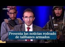Enlace a Un presentador afgano presenta su programa rodeado de talibanes armados