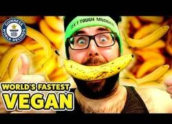 Enlace a El hombre más rapido en comer bananas sin manos