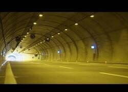 Enlace a Un avión atraviesa un túnel a 245 km/h