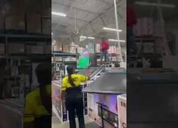 Enlace a Un chico autista destroza varios televisores de una tienda