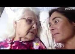 Enlace a Una señora con alzheimer vuelve a reconocer a su hija