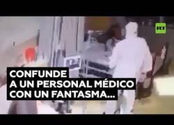 Enlace a Paciente confunde a un sanitario con un fantasma