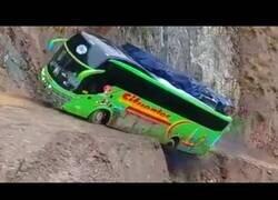 Enlace a Autobuses locos pasando por vías peligrosísimas