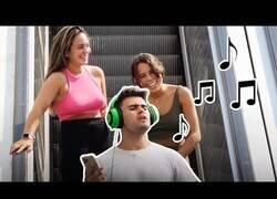Enlace a Cantando de forma vergonozosa en las escaleras mecánicas