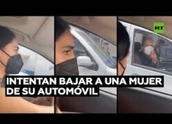 Enlace a Intentan robarle el coche a una mujer mientras va en marcha