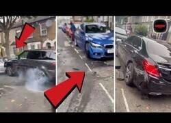 Enlace a Un coche choca contra varios coches aparcados en la misma calle
