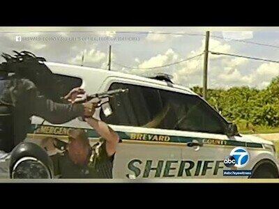 Policías paran a un conductor y este les sorprende con una metralleta