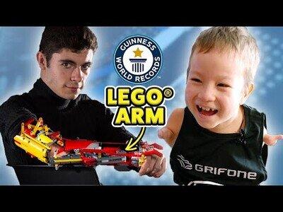 Sorprendiendo a un niño de 8 años con un brazo hecho de Lego