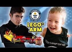 Enlace a Sorprendiendo a un niño de 8 años con un brazo hecho de Lego
