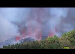 Enlace a La reportera que se fue 'a mear' mientras cubría la erupción del volcán de Palma