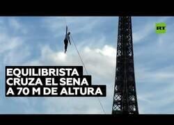 Enlace a Un equilibrista cruza el río Sena desde la Torre Eiffel a 70 metros de altura