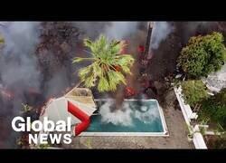 Enlace a El volcán de La Palma comiéndose una piscina a vista de dron