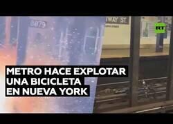 Enlace a Una bici explota al pasarle el metro por encima