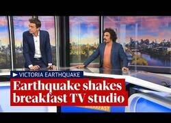 Enlace a Momento en el que un terremoto sacude un plató de televisión