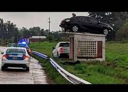Enlace a El coche que quedó atrapado, no se sabe muy bien cómo, encima de una garita
