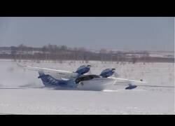 Enlace a Un avión amfibio aterriza y despega en un campo nevado