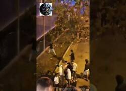 Enlace a Graves disturbios en el macrobotellón de las fiestas de Barcelona