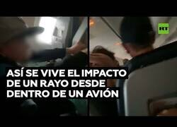 Enlace a Así se vive el impacto de un rayo desde dentro de un avión