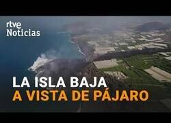 Enlace a 'La nueva isla' creada por la lava en La Palma, a vista de dron