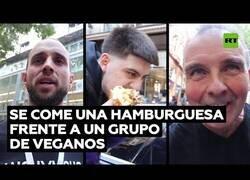 Enlace a Un 'tiktoker' se come una gran hamburguesa delante de activistas veganos